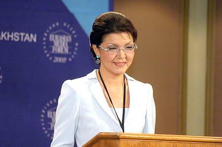 Müğənni, media maqnatı, atasının siyasi varisi olan prezident qızı